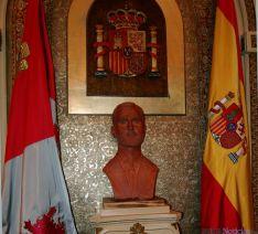 El busto del monarca en el salón plenario. / Dip.
