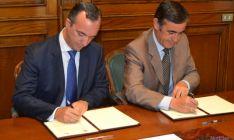 Firma del convenio con el Secretario de Estado