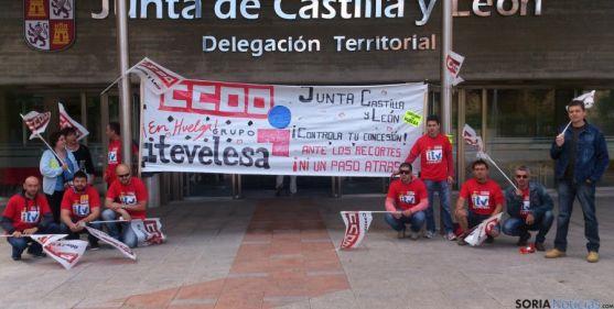 Los trabajadores concentrados ante la Delegación Territorial. / SN