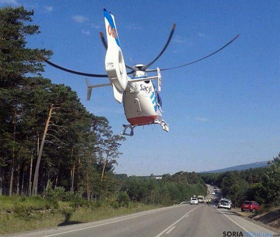 Un helicóptero del Sacyl tomando llegando al lugar del accidente. / SN