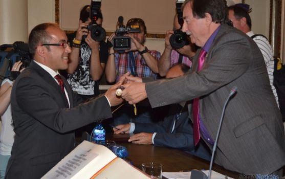 Luis Rey recibe el bastón de mando de Diputación