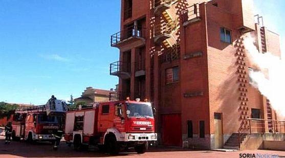 Bomberos junto a la Torre de Fuego del parque de Salamanca. / SRTV