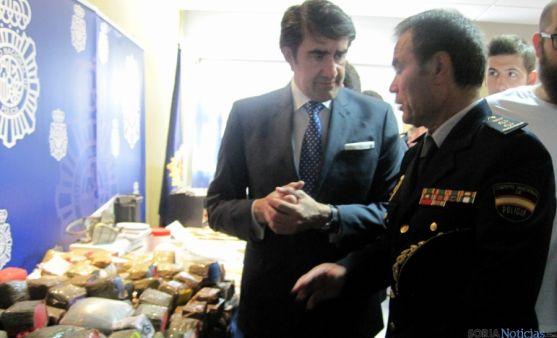 El delegado del Gobierno, junto a responsable policial de la operación.