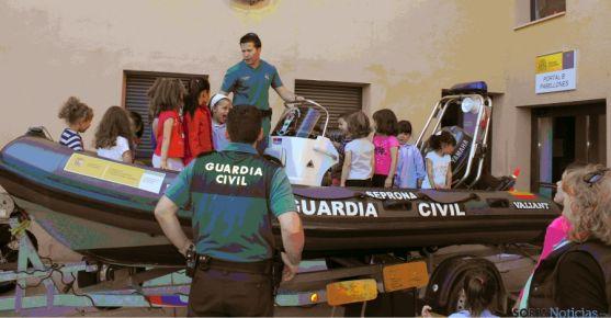 La Guardia Civil con niños en San Leonardo. / Subd.
