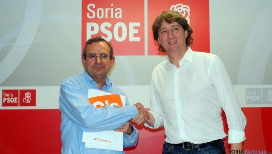 Jesús de Lózar (izda.) y Carlos Martínez Mínguez tras la rúbrica del acuerdo que da la Diputación al PSOE. / SN
