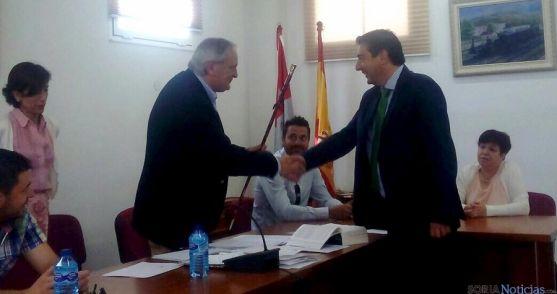Jesús Pergrina, (dcha.) saluda al concejal de más edad de Arcos este sábado. / PP