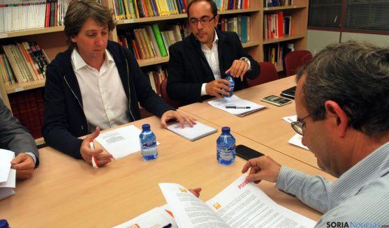 De Lózar (C´s) ojea el documento frente a Mínguez y Rey. / SN