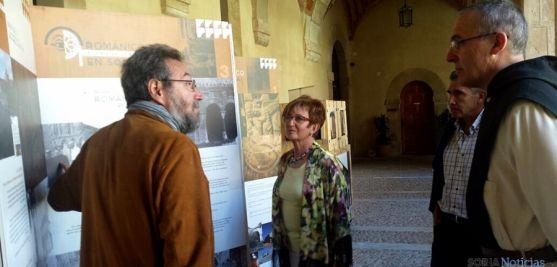 El jefe de Cultura de la Junta en Soria (izda.), con la alcaldesa y el abad del monasterio. / Jta.
