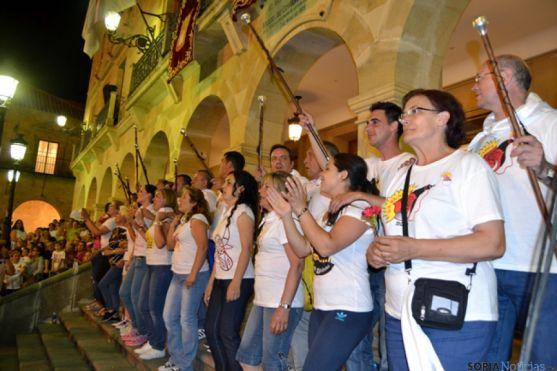Los jurados, durante el 'Adiós, adios, San Juan', en la escalinata del Ayuntamiento