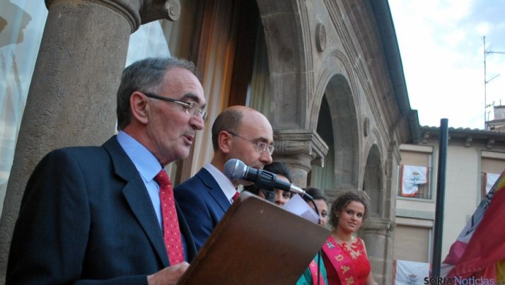 Jorge Ruiz, con el alcalde de Ágreda, en el pregón de Los Milagros este miércoles. / SN