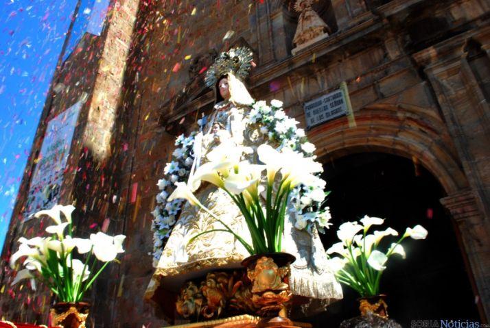La imagen de la Virgen de los Remedios, a su salida del templo de Los Milagros. / SN