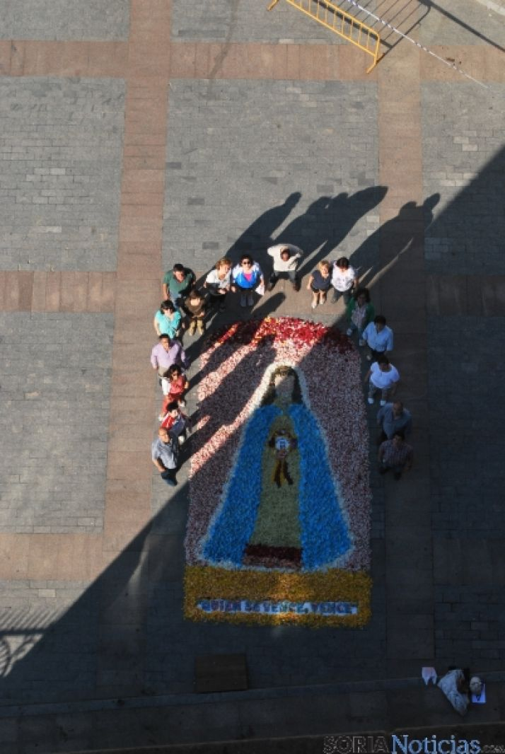 Los quintos del 65 preparan el tapiz floral para el Corpus Christi. / SN