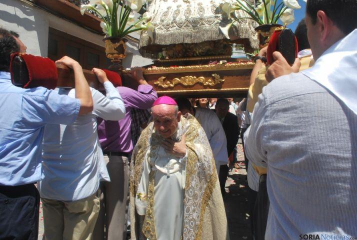 Vicente Jiménez, arzobispo de Zaragoza, y agredeño, bajo las andas de la Virgen. / SN