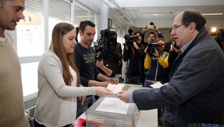 Juan Vicente Herrera ejerciendo el derecho del voto en el 24-M.