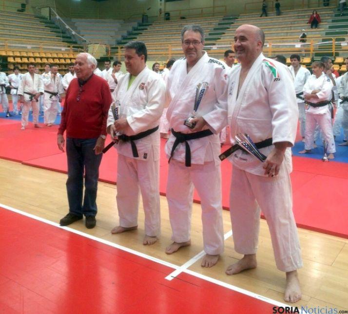 Aragonés (2º dcha) con su trofeo.