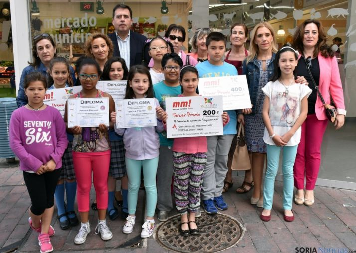 Los niños ganadores con su premio. / Jta.