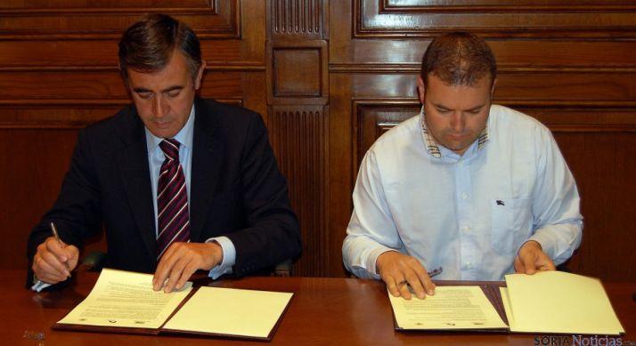 Antonio Pardo y Miguel Bonilla en la firma del convenio. / Dip.