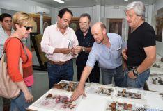 Delegado territorial examina la cerámica del yacimiento. / Jta.