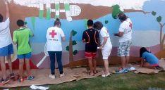 Pintura de un mural de Cruz Roja en la villa.