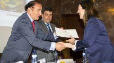 El director de FP, Ángel de Miguel entrega el premio. / Jta.