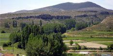 La vega del Añamaza, a su paso por Dévanos, bajo el cerro de San Blas.