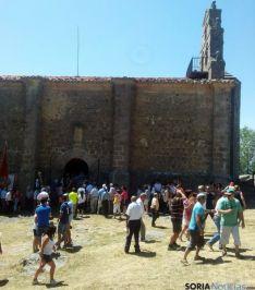 Calurosa la jornada de devoción en El Royo. / SN