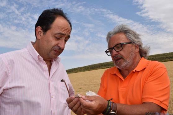 Santonja muestra a López una de las piezas encontradas. / Jta.