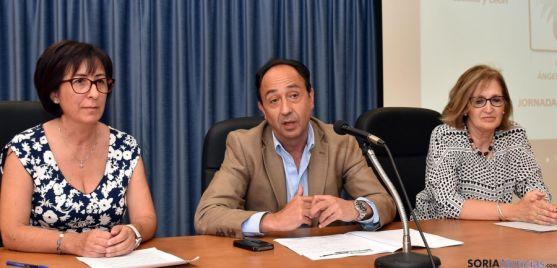 El delegado de la Junta en Soria, flanqueado por Lacarta (izda.) y Herrero.