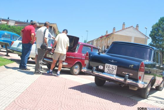 Coches antiguos en Camaretas este sábado. / SN