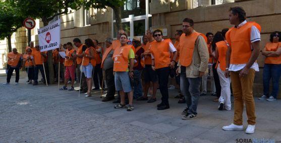 Empleados de la ONCE en Soria, este lunes ante la Subdelegación del Gobierno. / SN