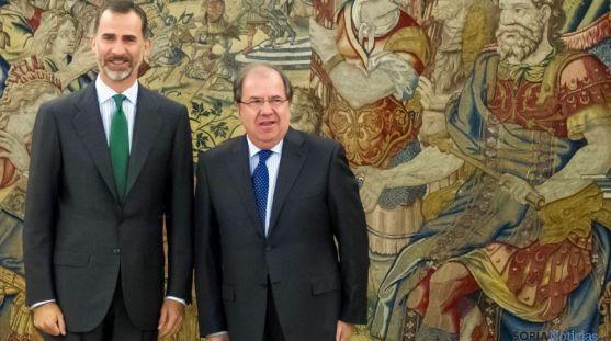 Su Majestad el Rey con el presidente de Castilla y León en la Zarzuela. / Jta.