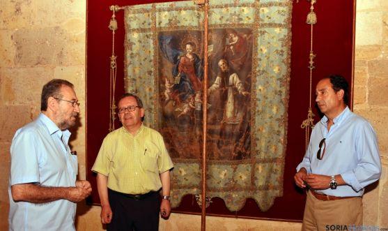 De la Casa (izda.), muñoz y López con el estandarte. / Jta.