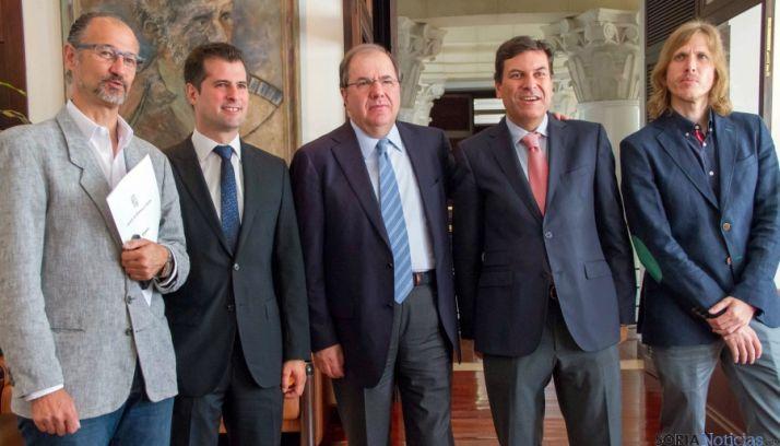 Herrera (ctro.) con los portavoces de los grupos políticos firmantes. / Jta.