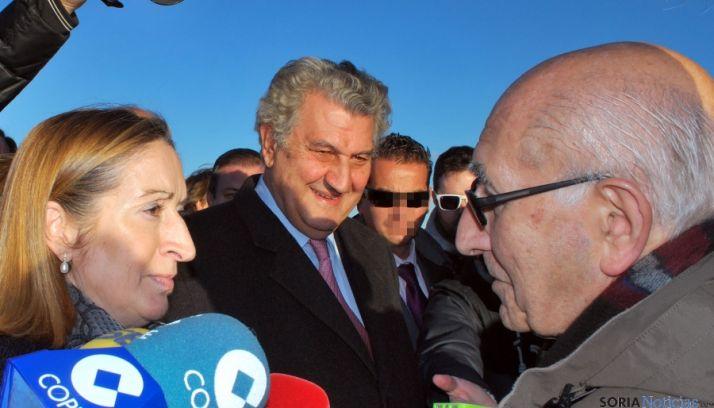 La ministra conversa con Goyo Alonso de la Soria Ya en presencia de Jesús Posada a finales de 2013. / SN