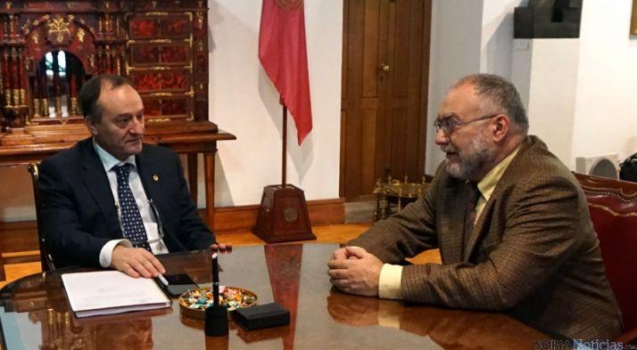 El rector de la UVa Daniel Miguel San José (izda), y el profesor Francisco Burillo.