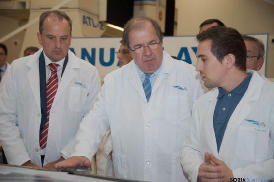 Herrera visitando una fábrica