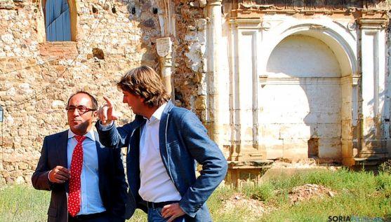 Rey, (izda.) y Mínguez, en el patio del CUS este viernes. / SN