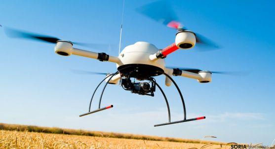 Un dron sobre un campo de cultivo.