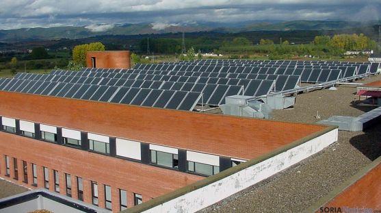 Paneles solares en uno de los hospitales públicos de la región. / Jta.