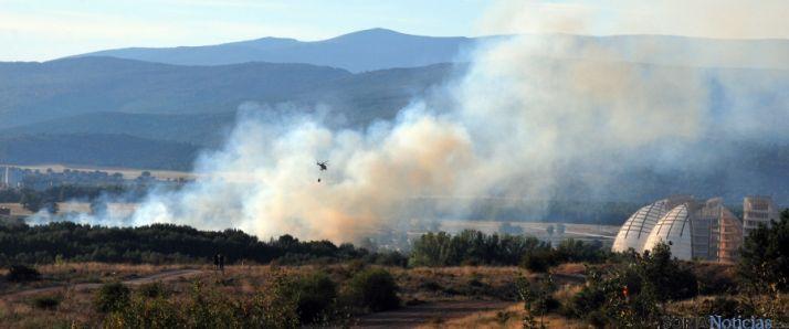 Un helicótero en el centro en las labores de extinción del fuego. / SN