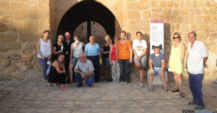 Voluntarios en la limpieza del castillo