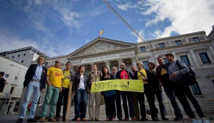 Miembros de plataformas antifracking ante el Congreso de los Diputados. / SN