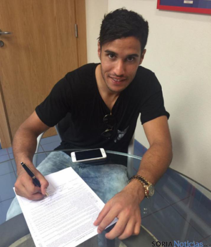 Munir firmando su renovación