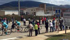 Los ciclistas a su paso por Ágreda, con la nublada cima del Moncayo al fondo. / SN