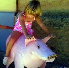 Una niña juega sobre la talla ahora robada.