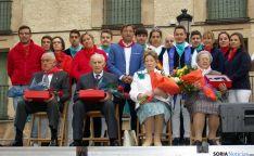 Los homenajeados con el alcalde y jóvenes de la localidad. / Martín Fotógrafo