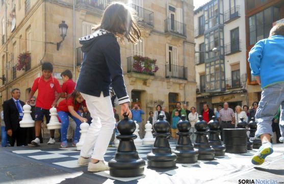 Los niños colocan las piezas en el tablero de ajedrez. / SN