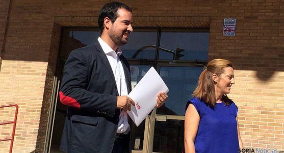 Los procuradores socialistas Ángel Hernández y Virgina Barcones.