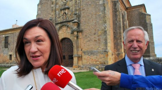 La subdelegada, con el director de la prisión de Soria, Segundo Pascual. / SN