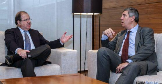 El presidente de la Junta (izda.) con el presidente de la mulinacional en España. / Jta.